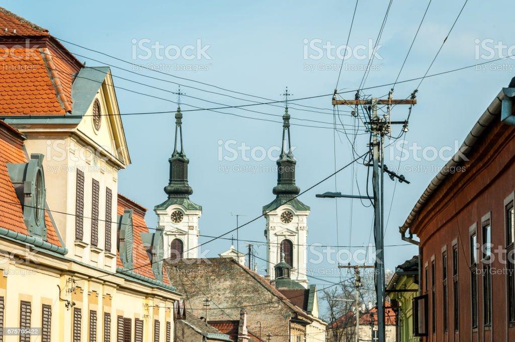 查看上斯 Karlovci,塞爾維亞教堂的鐘塔。 免版稅 stock photo