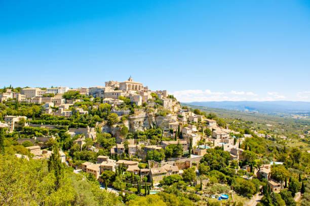 gordes vue sur la ville, une petite typiques en-provence, france - aix en provence photos et images de collection