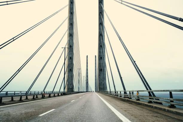 visa på öresundsbron mellan sverige och danmark vid soluppgången - öresund bildbanksfoton och bilder