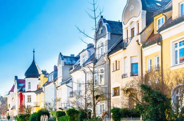 blick auf wohngebäude der villenkolonie im quartal gern - münchen - arbeit in münchen stock-fotos und bilder