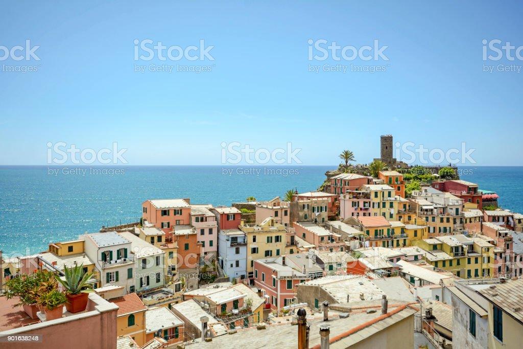 Blick auf Dachlandschaft und Burg von Vernazza, Dorf der Cinque Terre, Ligurien Italien Europa – Foto