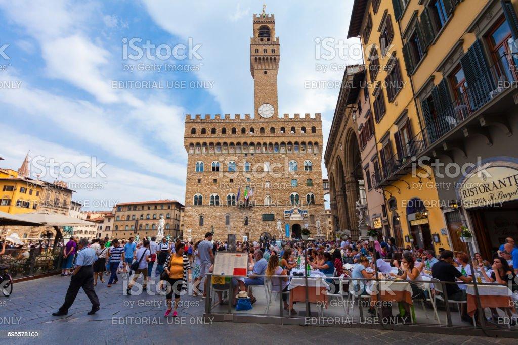 Florenz, Italien - 10. September 2016: Blick auf den Platz der Signoria in Florenz (Piazza della Signoria) in Florenz, das voll von Touristen, die in Cafés und Restaurants zu essen oder zu Fuß auf den alten Platz – Foto