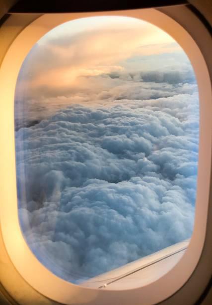 blick auf gewitterwolken aus einer ebene - flugzeugperspektive stock-fotos und bilder
