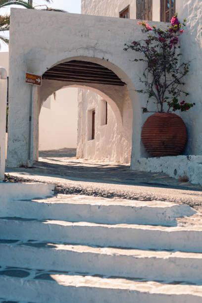 Blick auf die Straßen und Gebäudedekoration bei sonnigem Wetter Milos, Griechenland – Foto
