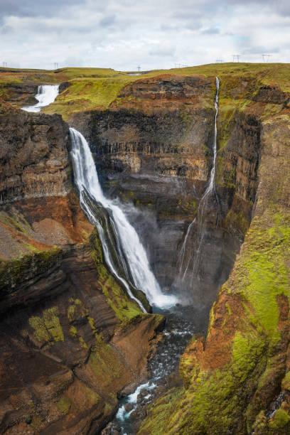 Uitzicht op de Haifoss-waterval van de Fossa-rivier in IJsland foto