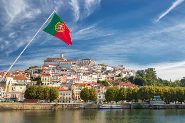 mening over de oude universitaire stad van coimbra en de middeleeuwse hoofdstad van portugal met portugese vlag. europa - portugal stockfoto's en -beelden