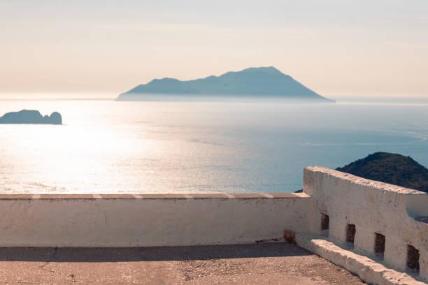 Blick auf das Meer und die Nähe von Inseln bei Milos, Griechenland bei sonnigem Wetter – Foto