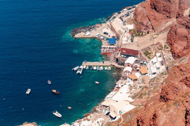 Blick auf das Schiff im Hafen von Oia auf der Insel Santorin, Griechenland – Foto