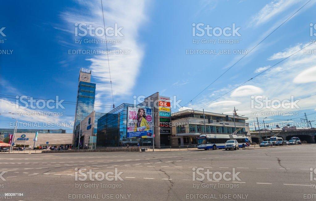 Blick auf das Einkaufszentrum ORIGO und Straße mit Autos, die in der Stadt Mitte des Riga.Latvia befinden. – Foto