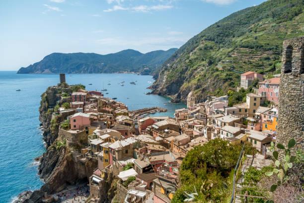 Blick auf das Dorf Vernazza an einem sonnigen Tag, Cinque Terre Nationalpark, Italia, Ligurien – Foto