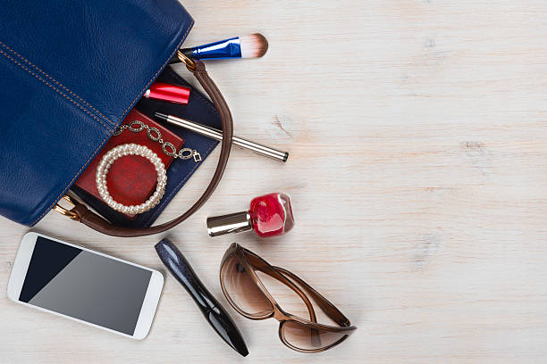 vista su donne borsa oggetti con spazio per il testo su sfondo in legno - oggetti personali foto e immagini stock