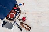 女性のバッグに詰め木製の背景に、copyspace