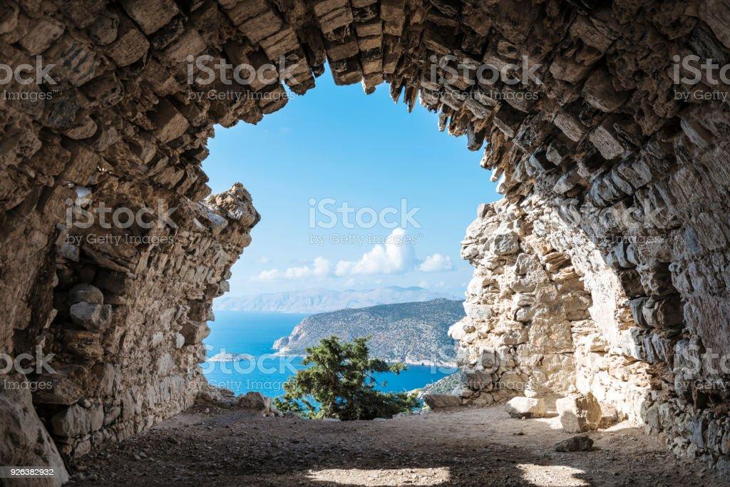 Blick durch die Ruinen der Burg Monolithos – Foto