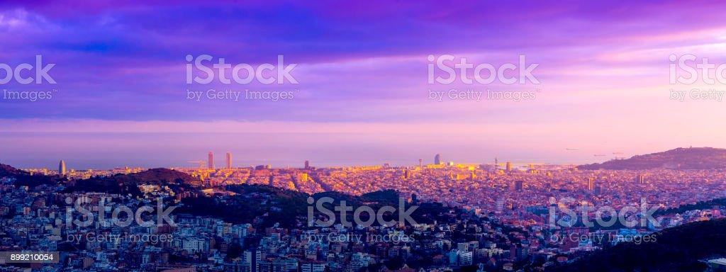 Vistas de Barcelona al atardecer - foto de stock