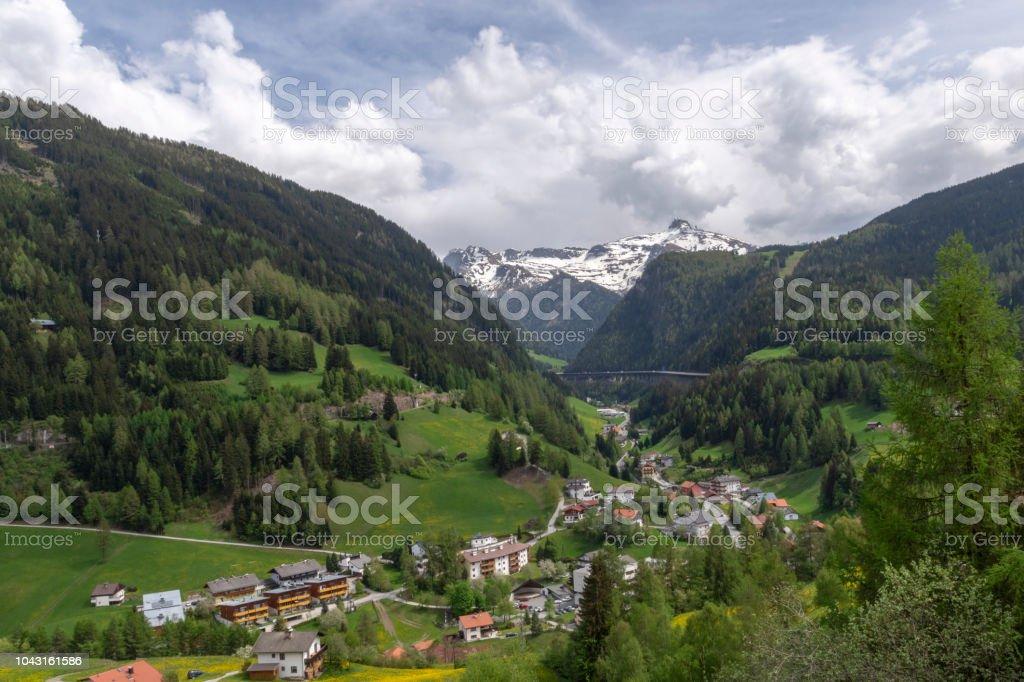 Blick über Brenner im Frühling mit Schnee in den Alpen – Foto