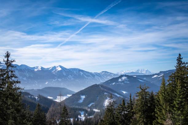 View over forest in Kaiserau to mountains Rottenmanner Tauern Dachstein – Foto