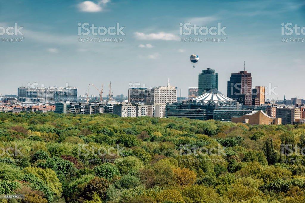 Blick über grüne Tiergarten Park auf die Berliner Skyline mit Potsdamer Platz – Foto