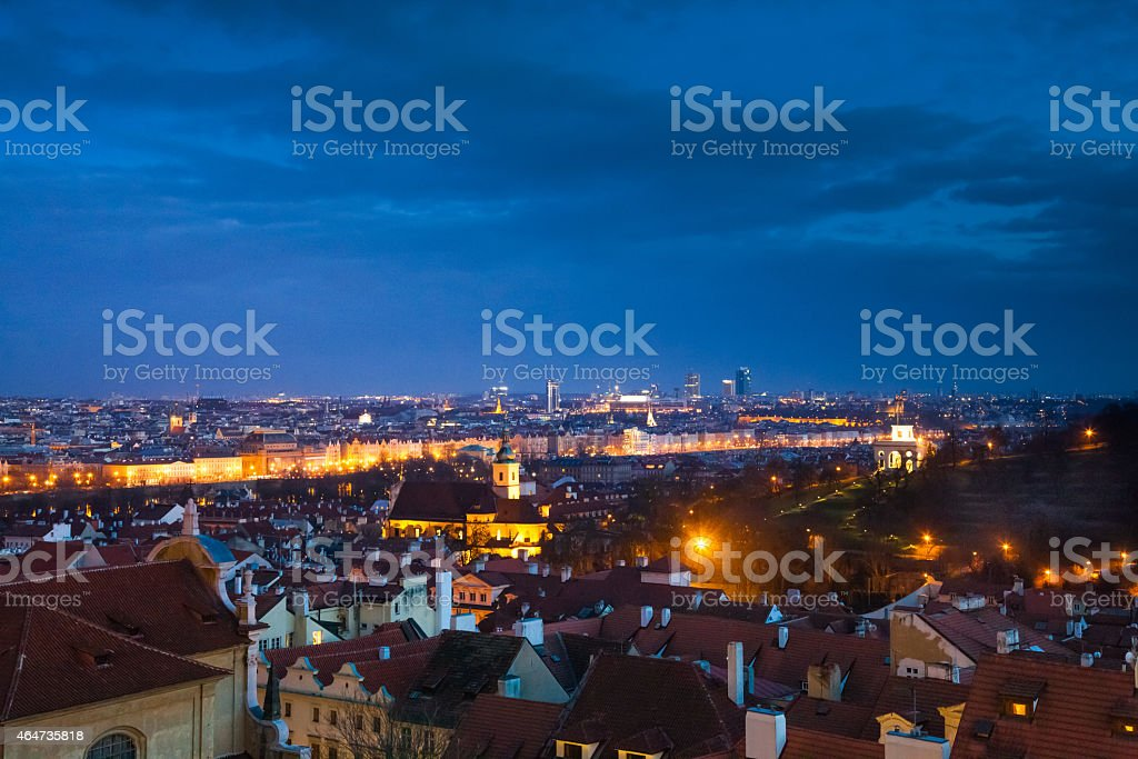 Blick auf Prag bei Nacht beleuchtet – Foto