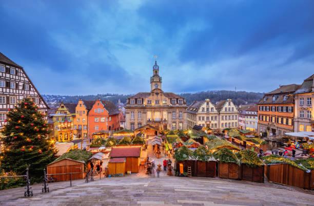 blick über den weihnachtsmarkt am rathaus schwäbisch-hall - adventgeschichte stock-fotos und bilder