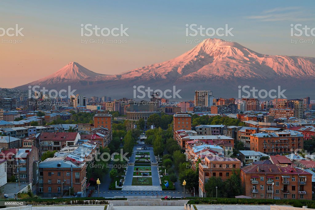 Blick Uber Die Stadt Von Eriwan Hauptstadt Von Armenien Mit Den Beiden Gipfeln Des Berges Ararat Im Hintergrund Auf Den Sonnenaufgang Stockfoto Und Mehr Bilder Von Architektur Istock