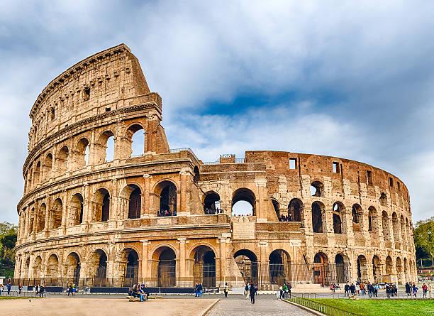 Vista sopra l'Anfiteatro Flavio, alias Colosseo a Roma, Italia - foto stock