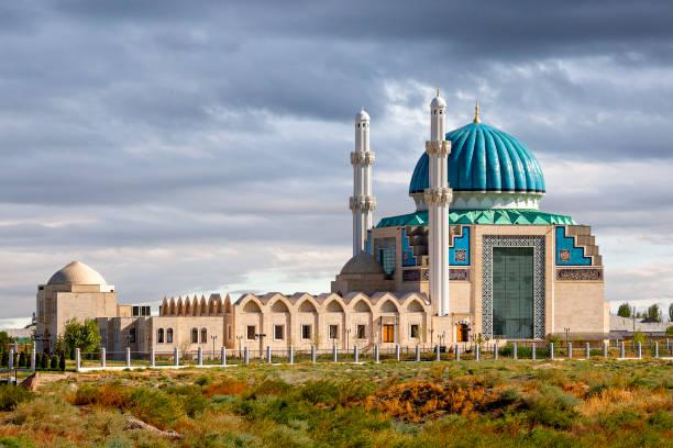 uitzicht over het khoja ahmed yasavi moskee in turkestan, kazachstan. - mausoleum stockfoto's en -beelden