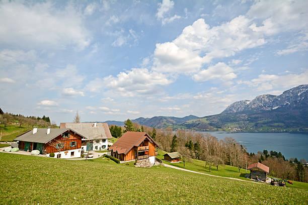 blick auf den see attersee, bundesland salzburg-alpen, österreich - ferienwohnung dorf tirol stock-fotos und bilder