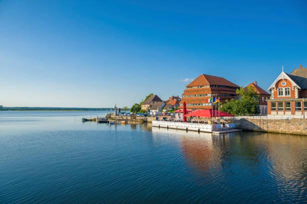 blick über die neustadter binnengewässer in richtung kornhaus - nordsee urlaub hotel stock-fotos und bilder