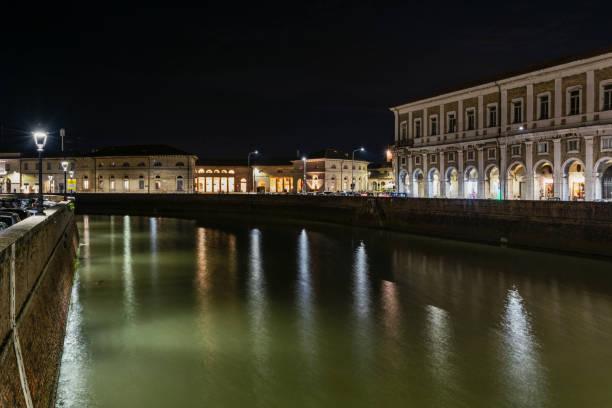 Sehen Sie sich Portici Ercolani und Foro Annonario von Senigallia bei Nacht – Foto