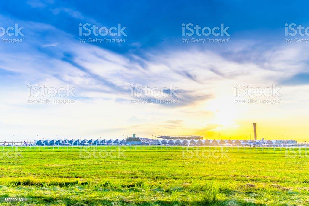 Puesta de sol vista de Suvarnabhumi Airport Bangkok Tailandia - foto de stock
