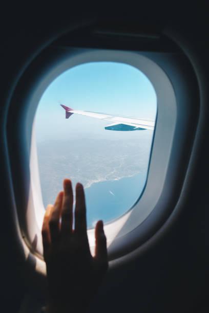 Blick durch das Fenster des Flugzeugs – Foto