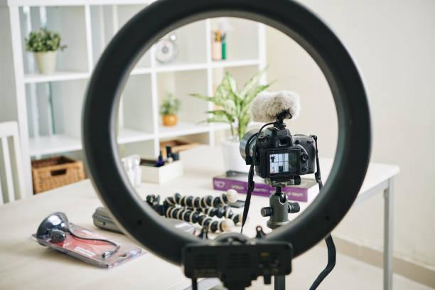 vue à travers la lampe de cercle - bague photos et images de collection