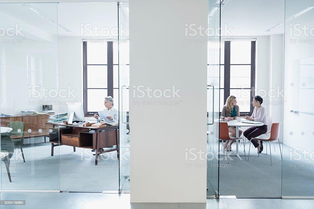 Bureau Moderne Verre : Vue à travers une cloison en verre de bureau moderne u photos et
