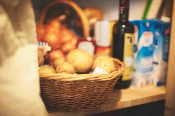 Blick durch die offene Tür in die gefüllte Speisekammer – Foto
