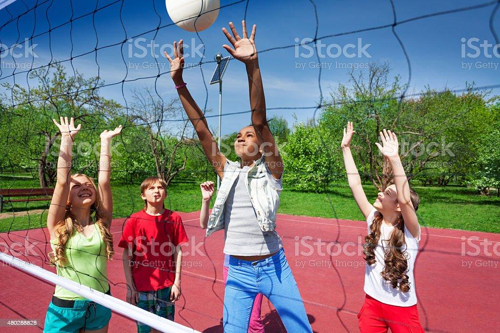 Vue au filet de volley de jeu pour les enfants - Photo