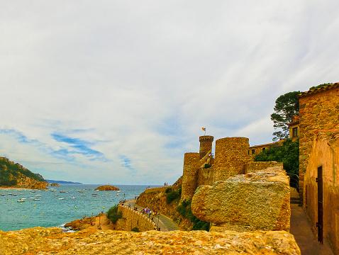 トサ デ マルの古代の要塞の壁を表示しますスペインのコスタ ブラバ ...