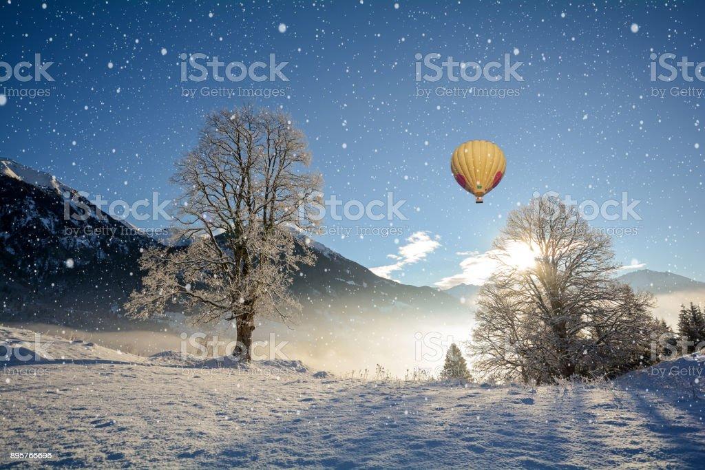 Blick auf eine verschneite Winterlandschaft mit Gebirge und Heißluft-Ballon, Gasteinertal-Tal in der Nähe von Bad Gastein, Pongau Alpen - Salzburg-Österreich-Europa – Foto
