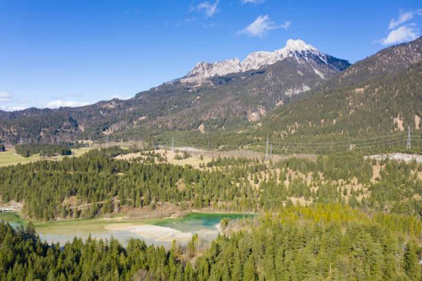 Blick auf die österreichischen Alpen Berg saeuling in reutte tirol mit Wald und See huettenmuehle – Foto