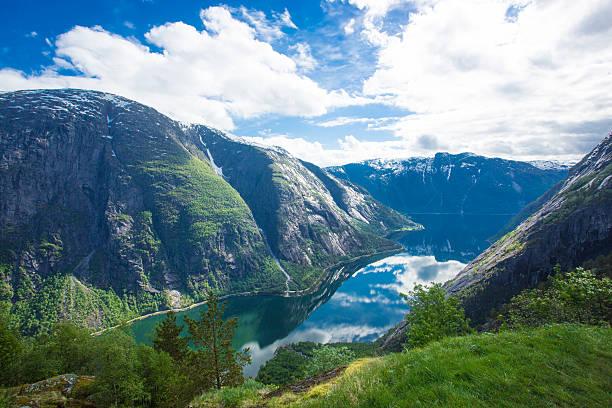Blick auf Eidfjord von Kjeasen farm – Foto