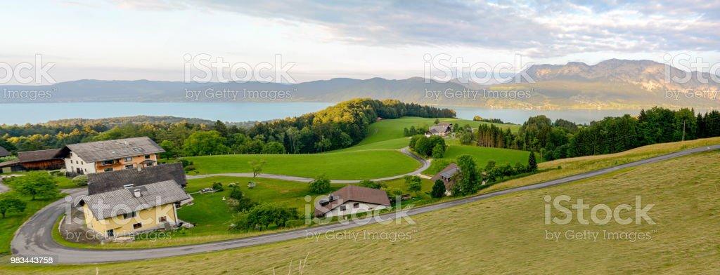 Blick auf den Attersee mit grünen Weiden, Wiesen und Alpen-Gebirge in der Nähe von Nußdorf Salzburg, Österreich – Foto