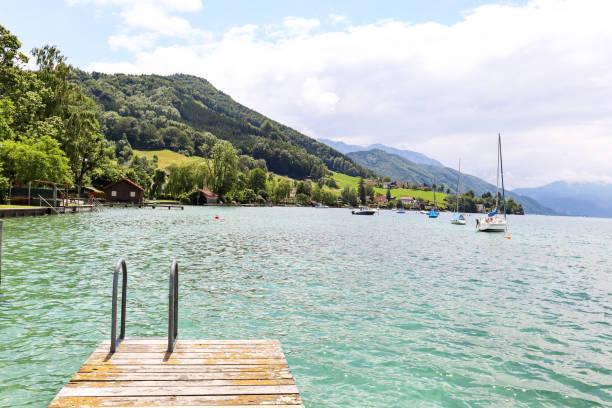 Blick auf den Attersee mit Segelboot, Berge österreichischer Alpen bei Salzburg, Österreich Europa – Foto