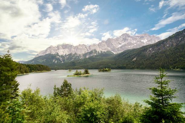 Blick zum See Eibsee und die Zugspitze, Deutschlands höchstem Berg in den Bayerischen Alpen, Bayern – Foto