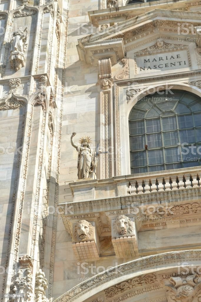 Vista para escultura de liberdade de fachada Duomo de Milão. - Foto de stock de Arcaico royalty-free