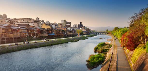 vista al río kamo en luz de noche - kyoto fotografías e imágenes de stock