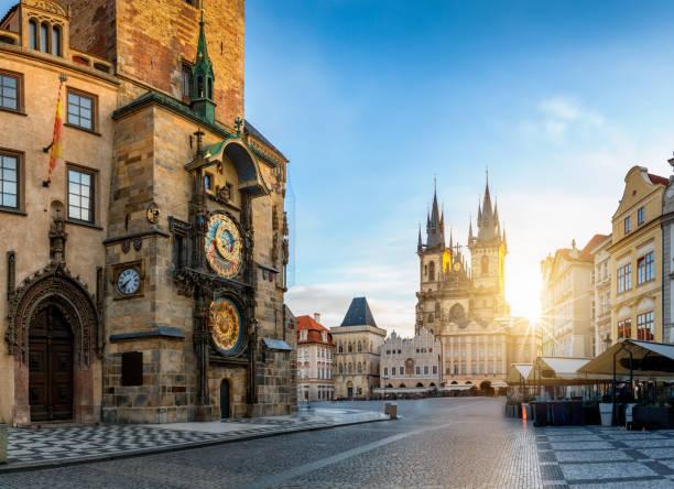 Blick auf die astronomische Uhr und den Altstadtplatz von Prag bei Sonnenaufgang – Foto