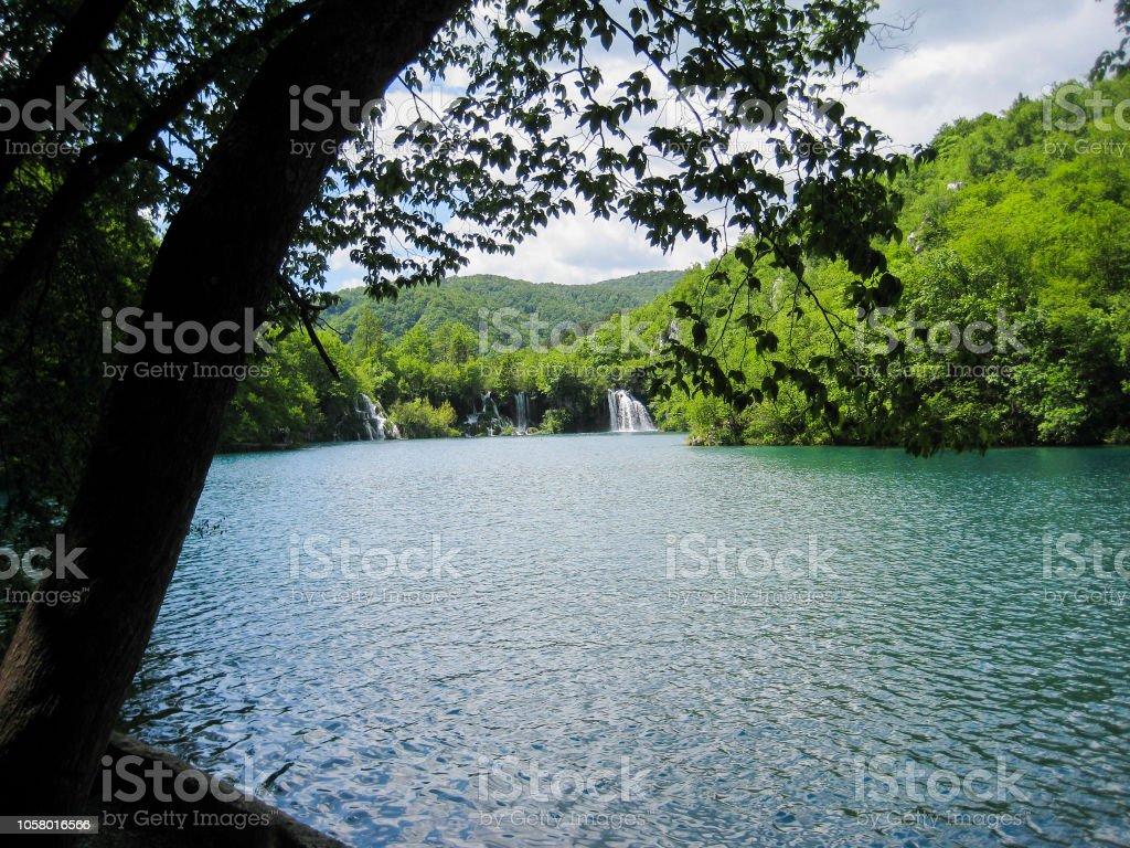 met het oog op de baai met een waterval foto