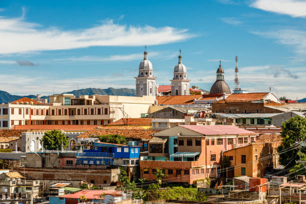 Blick zum Zentrum Stadt mit alten Häusern und Basilika unserer lieben Frau Mariä Himmelfahrt, Santiago De Cuba, Kuba – Foto