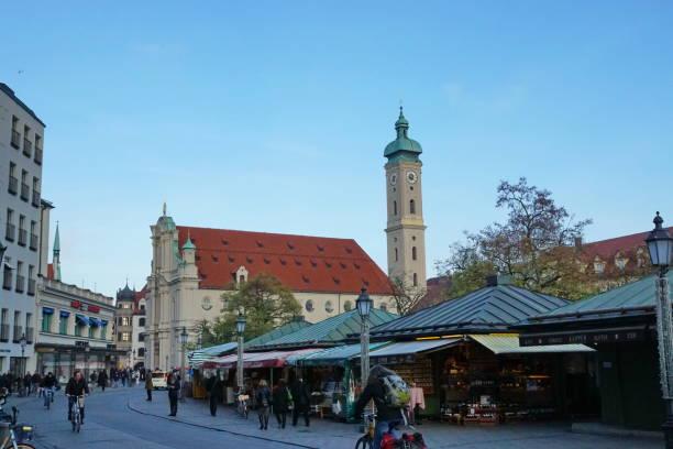 visa till heiliggeist kyrkan från viktualienmarket. münchen, bayern. - sankt peterskyrkan münchen bildbanksfoton och bilder