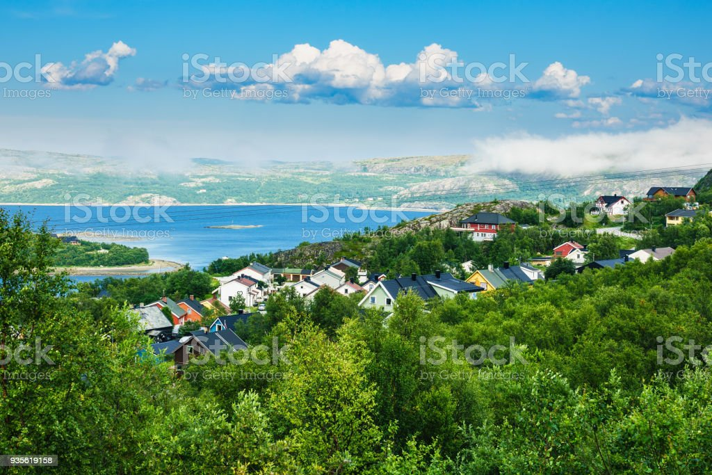 Blick auf den Varangerfjord in Kirkenes, Norwegen – Foto