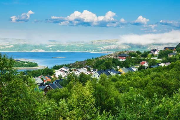 Vista para o Fiorde de Varanger em Kirkenes, Noruega - foto de acervo